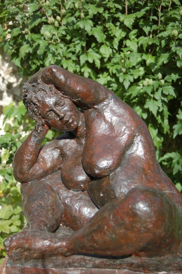 Femme assise bras sur la tête - Bénédicte Calvet